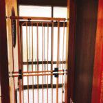 ベビーゲートで簡単自作!猫の玄関脱走防止対策【実際の設置画像つき】